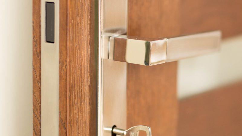 Czyszczenie i pielęgnacja drzwi drewnianych