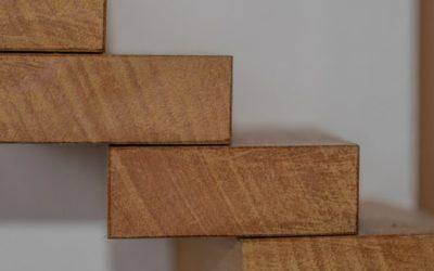 Jakie schody drewniane wybrać do domu?